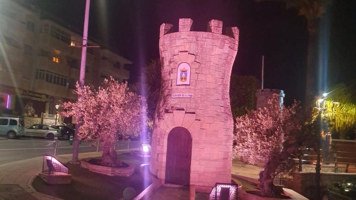 Monumento a la torre de Alhaurín iluminado de rojo