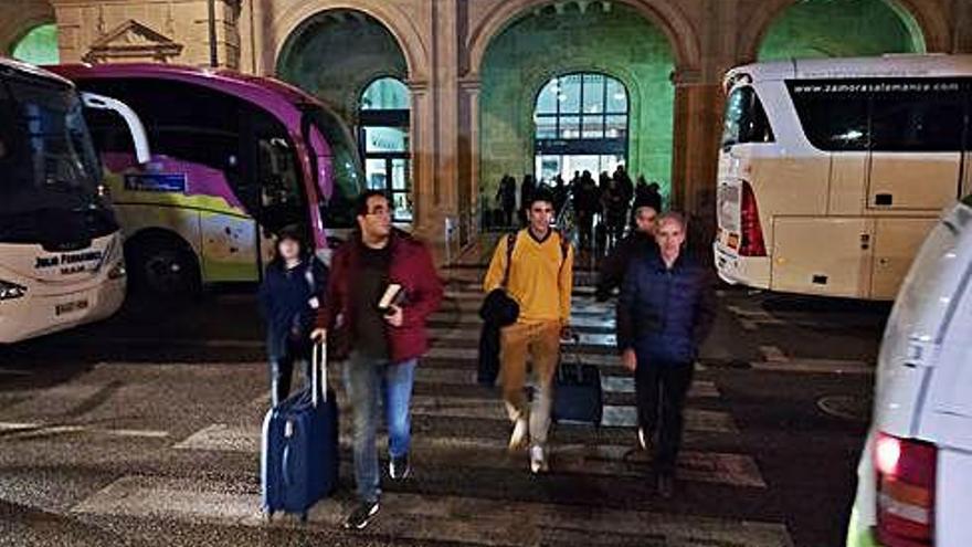 El retraso más grave del Alvia, de cinco horas, aviva las críticas de los viajeros