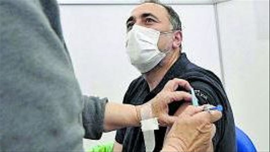 El conselleiro de Sanidade, Julio García Comesaña, recibe la vacuna, ayer.     // EFE