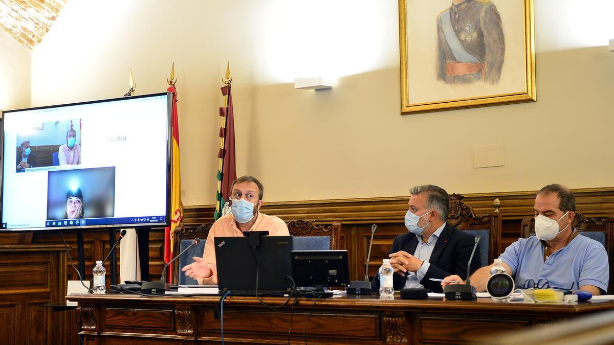 Intervención del concejal de Hacienda, junto al alcalde y el secretario y el medidor de CO2 ante este (marca 819).