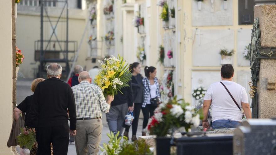 El Concello reforzará el servicio de transporte a los cementerios municipales