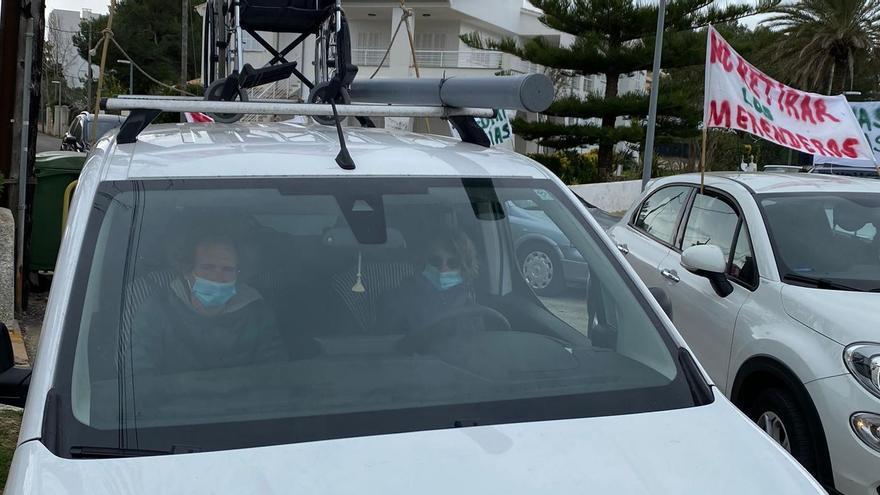 Una larga caravana de coches reivindica los parques infantiles en las playas de Pollença