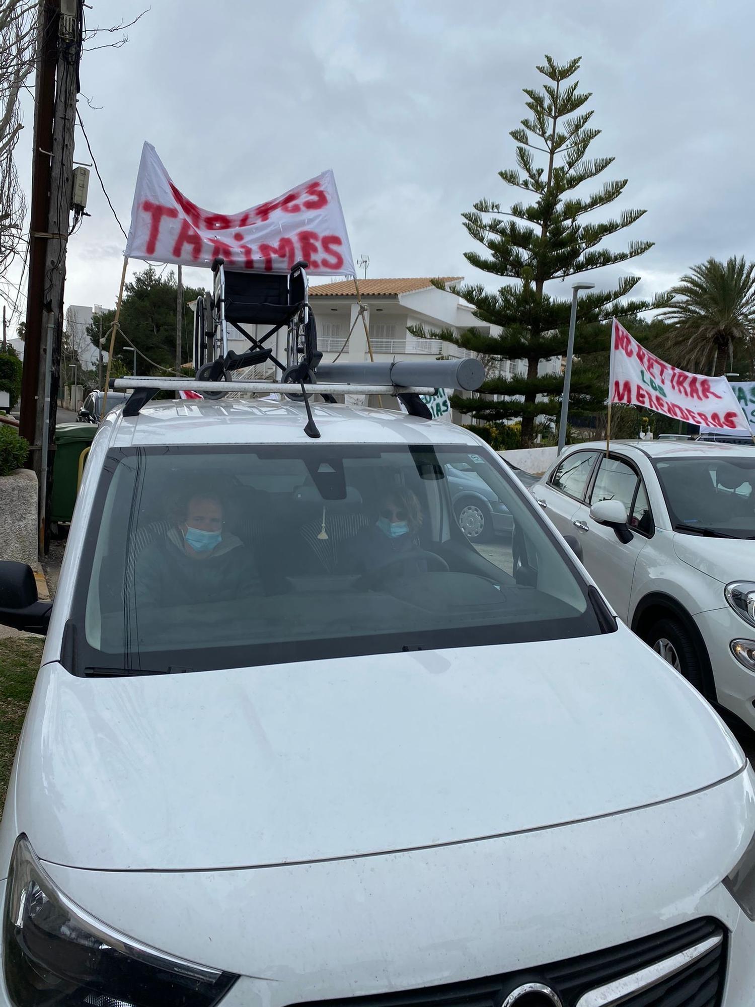 Unos 200 coches desfilan en defensa de los parques de las playas en Pollença