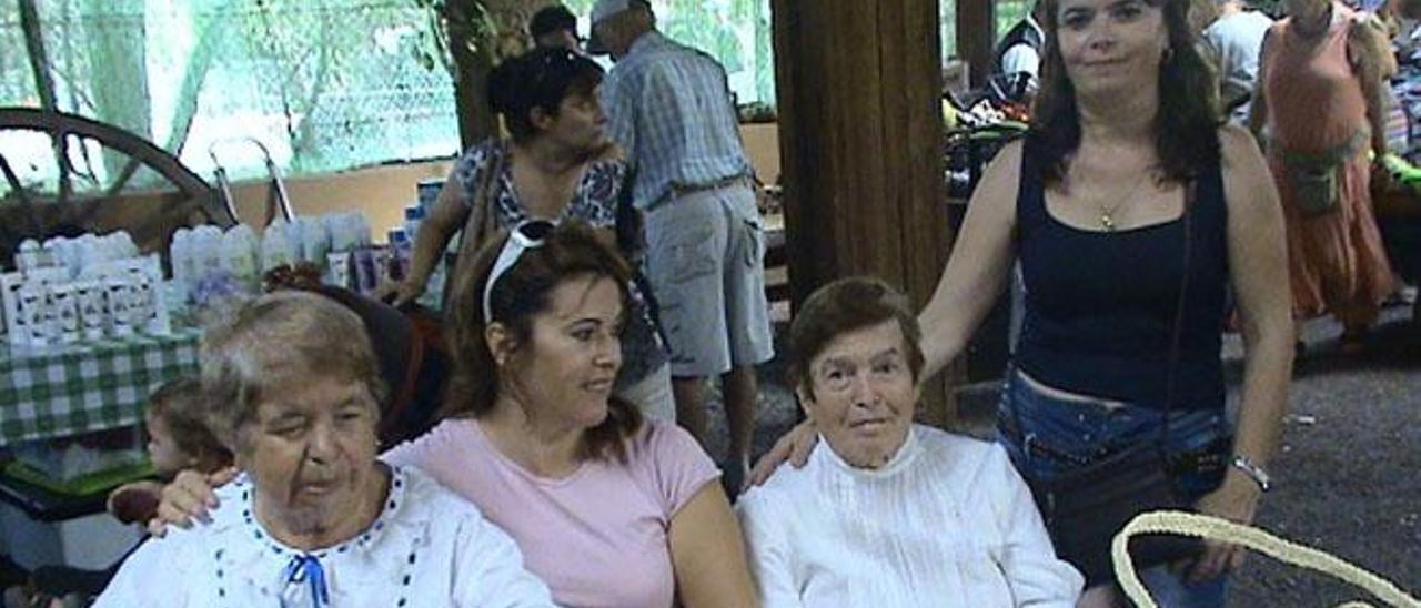 De izda a dcha. Benita, Salomé, Josefa y Viky en una feria de artesanía.