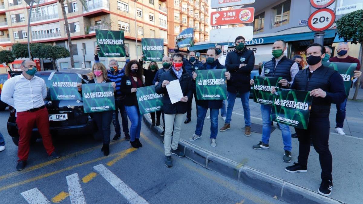 Medio centenar de coches protestan en Murcia por el cerrojazo hostelero