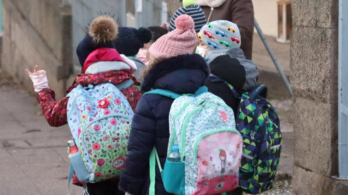 Niños a la salida de un colegio de Santiago, en las vacaciones de Navidad