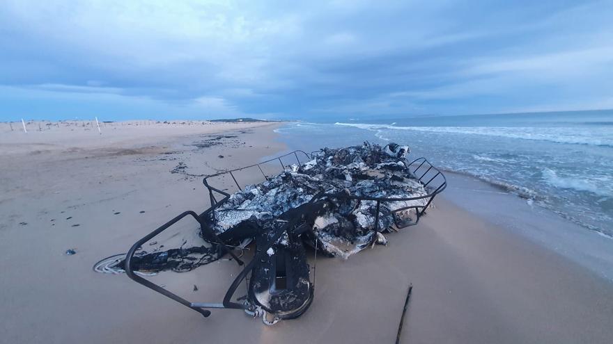 Embarcación calcinada en la que se incautaron dos toneladas de hachís en Guardamar