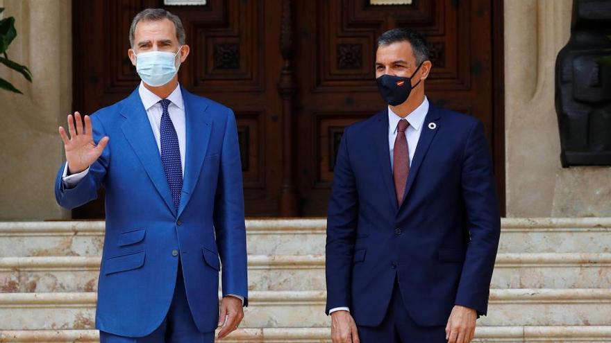 Sánchez defiende a Felipe VI frente a Podemos