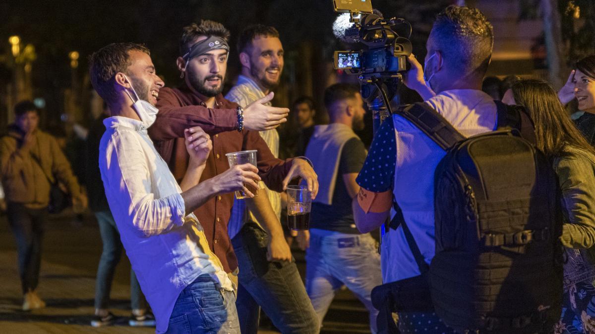 Grupos de personas festejan en las calles de Barcelona durante el primer viernes sin toque de queda.