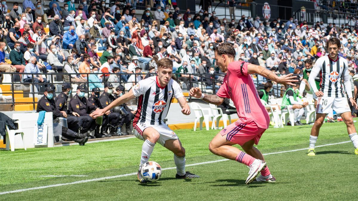 Una acción del partido entre el Badajoz y el Real Madrid Castilla, el domingo.