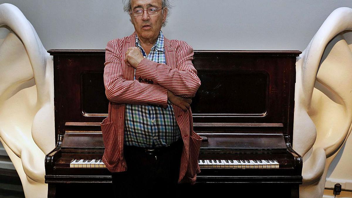 Carles Santos y el piano con orejas, obra que inspira el galardón que lleva el nombre del músico.    EFE/J.C. CARDENAS
