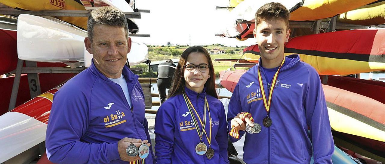 Alberto, Celia y Alberto Llera junior, en Trasona.