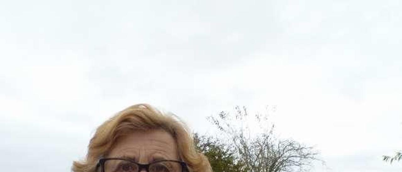 Hortensia González con unas castañas de gran tamaño.