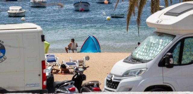 Caravanistas instalados en la zona de aparcamiento de la playa de Las Teresitas