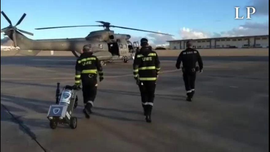 Un helicóptero Súper Puma lleva personal a Tenerife para ayudar en el centro de mayores de Fasnia