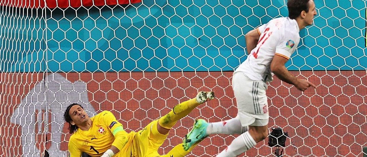 Oyarzabal, ante Sommer, tras marcar el definitivo tanto de penalti que dio el pase a España ante Suiza.   Efe