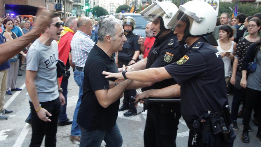Procesan a 28 personas por agredir a manifestantes el 9 d'Octubre de 2017