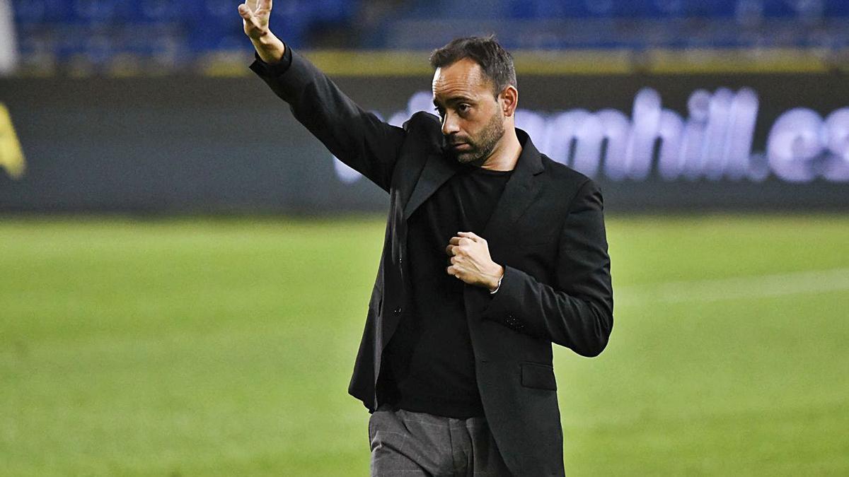 Fran Fernández,  dirigiendo un partido del  CD Tenerife. | | CDT