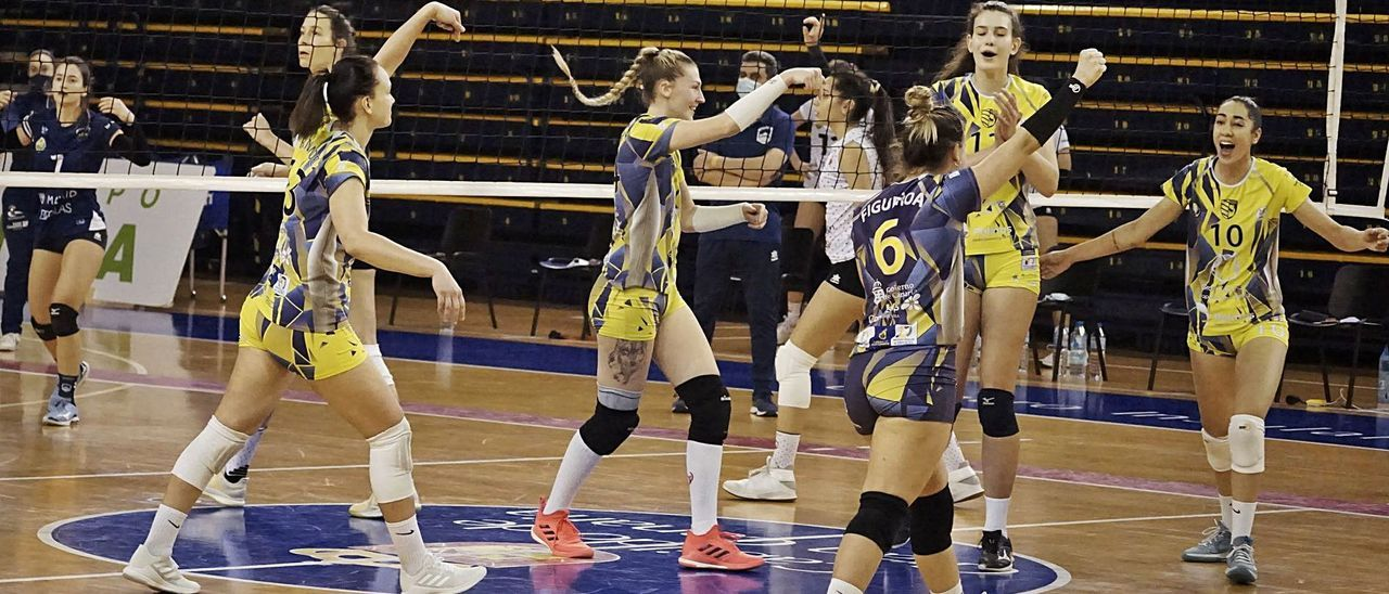 Las jugadoras del CCO 7 Palmas celebran un punto durante un partido de la presente temporada, en el Centro Insular de Deportes. | | LP/DLP
