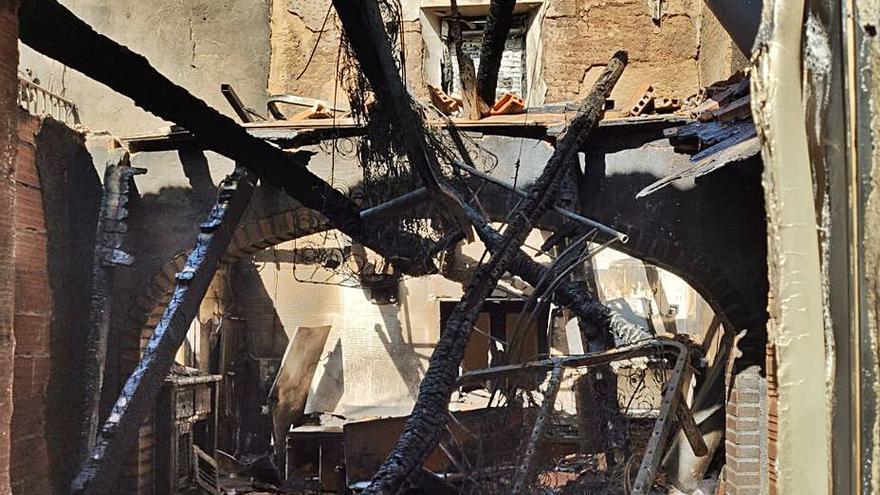 Los bomberos sofocan con espuma un foco reavivado en la casa de Vecilla