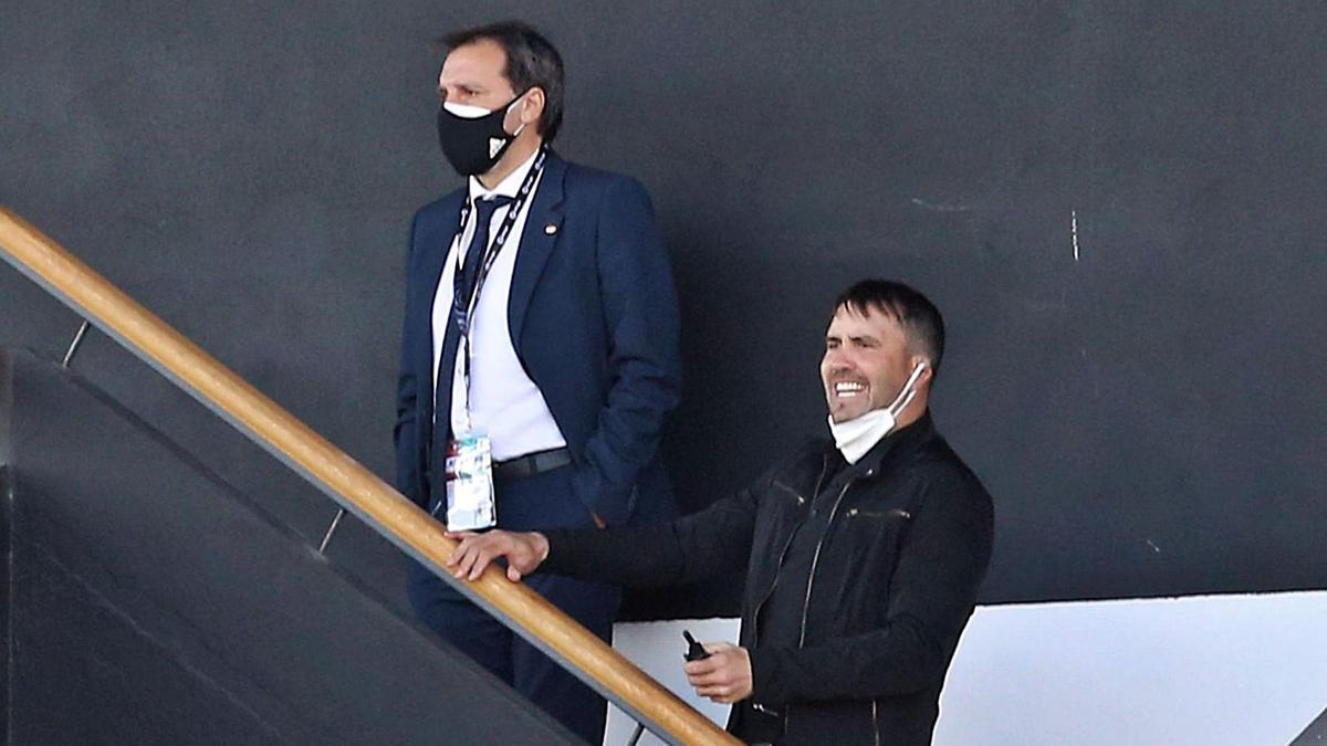 Eduardo Coudet, junto a Felipe Miñambres, ayer, en la grada de Tribuna, siguiendo el partido tras su expulsión. // MARTA G.BREA