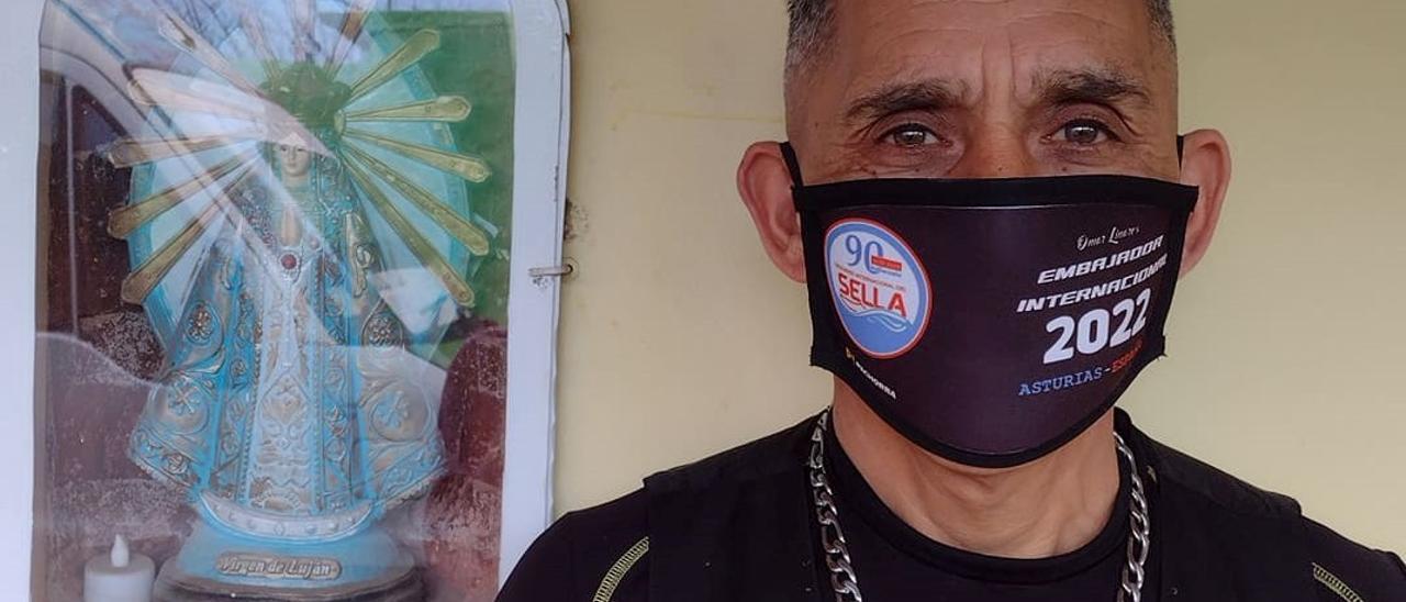 Omar Linares y su nueva mascarilla serigrafiada Sella