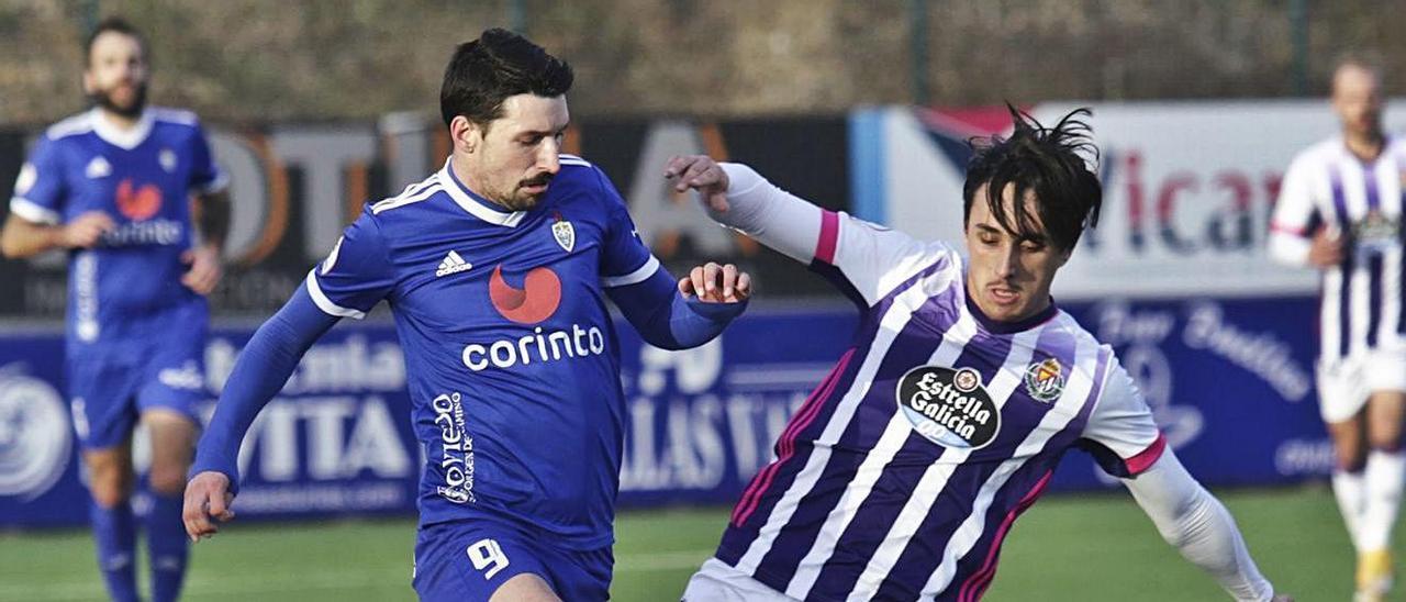 Diego García disputa el balón con un jugador del Valladolid Promesas. | Irma Collin