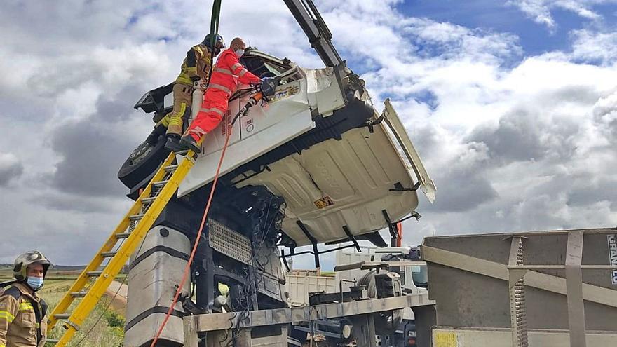 Los Bomberos de Toro rescatan al conductor de un camión que volcó en la ZA-705