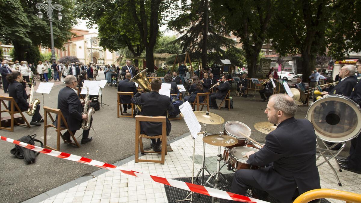 Actuación de la Banda de música de Langreo en las últimas fiestas de San Pedro en La Felguera.