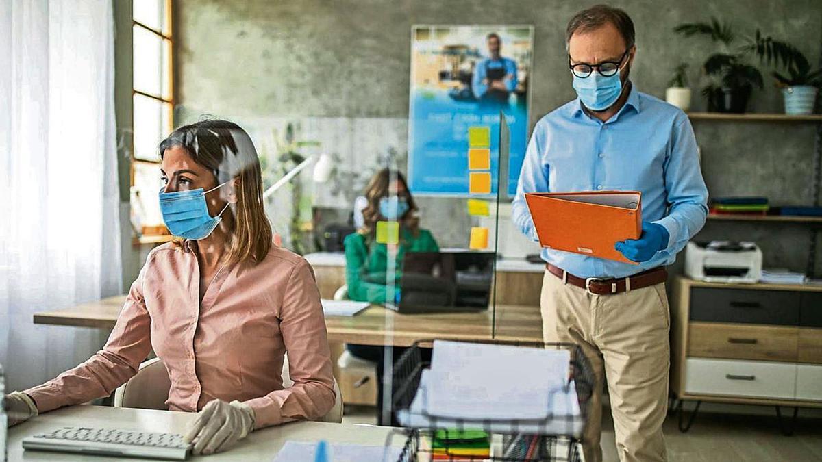 Imagen de archivo de una jornada de trabajo en una oficina aplicando las medidas anticovid. | | E.D.