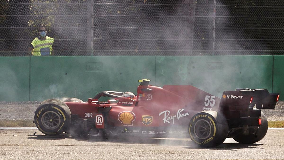 Carlos Sainz, tras su aparatoso accidente en el circuito de Monza.    // MATTEO BAZZI