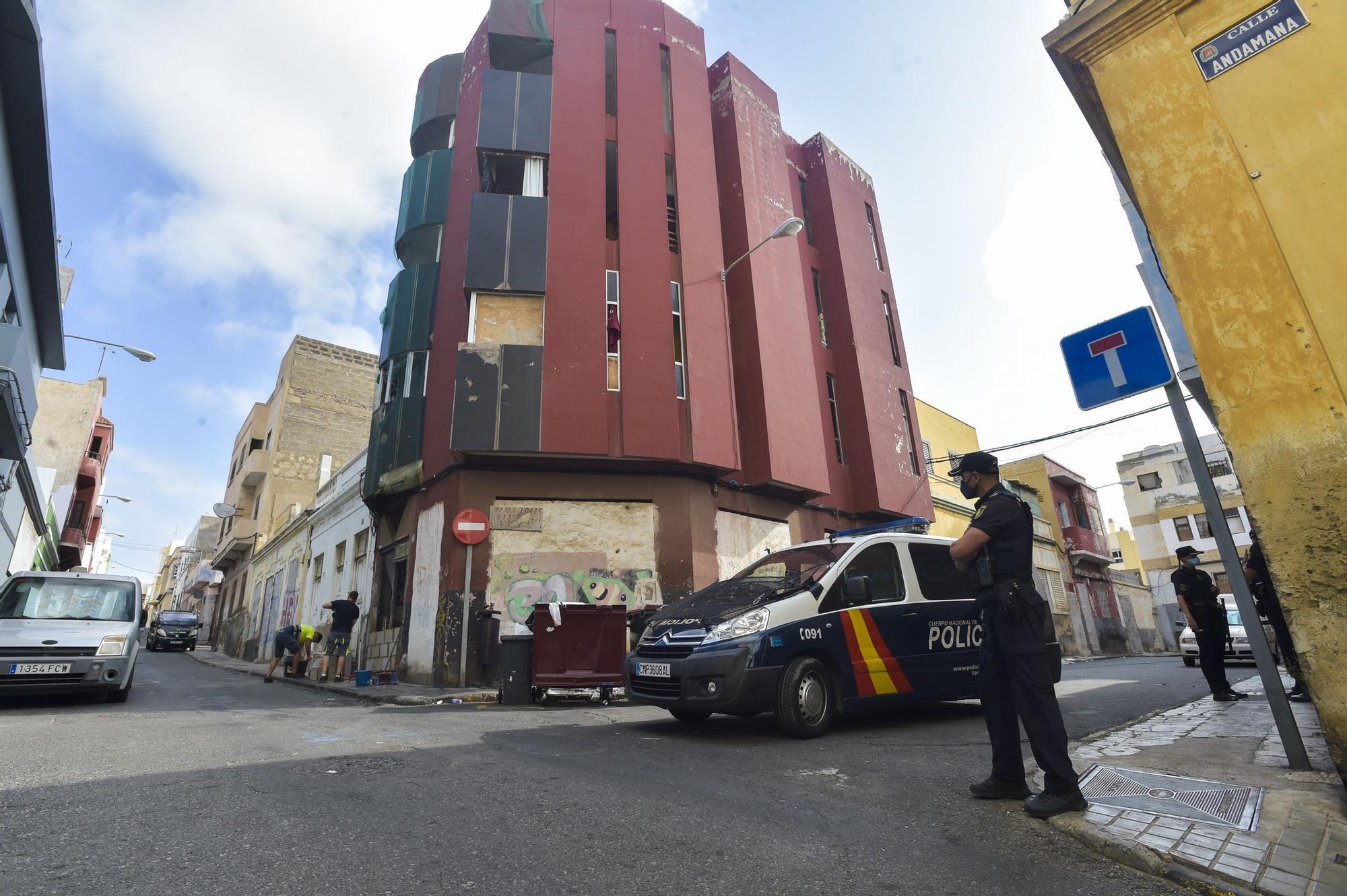 Intervenciones policiales en las calles Andamana y Sanzofé en La Isleta para erradicar puntos de venta de droga (26/08/2021)
