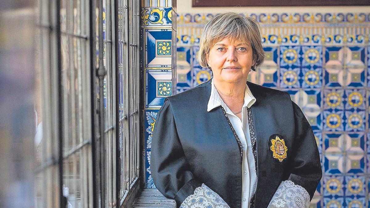 Asunción Losada en los pasillos del Tribunal Superior de Justicia de Aragón, donde se ubica la Fiscalía.