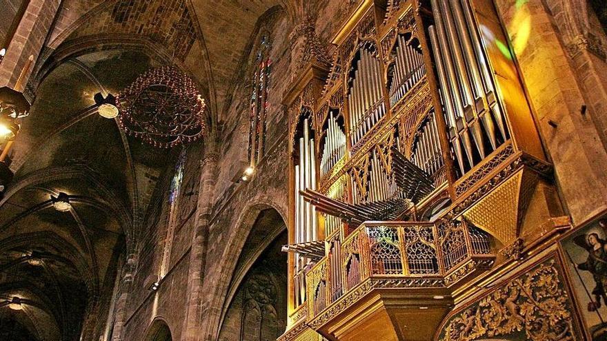 Holländer bauen 800 Orgelpfeifen aus der Kathedrale von Palma ab
