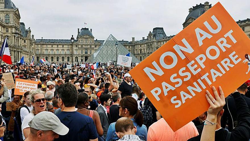 França «es prepara» per posar una tercera dosi de la vacuna contra la covid-19 al setembre