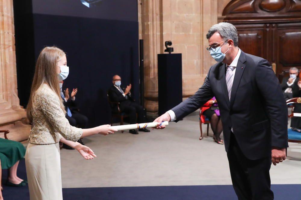 Emmanuel Candès recoge el diploma de su premio de Investigación de manos de la Princesa Leonor.