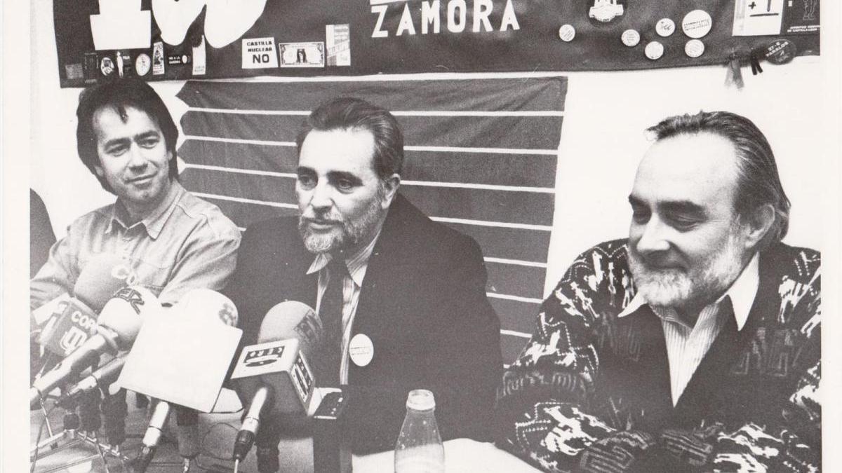 Francisco Guarido, Julio Anguita y Gabriel Guijosa, en la sede de Izquierda Unida en Zamora en 1994.
