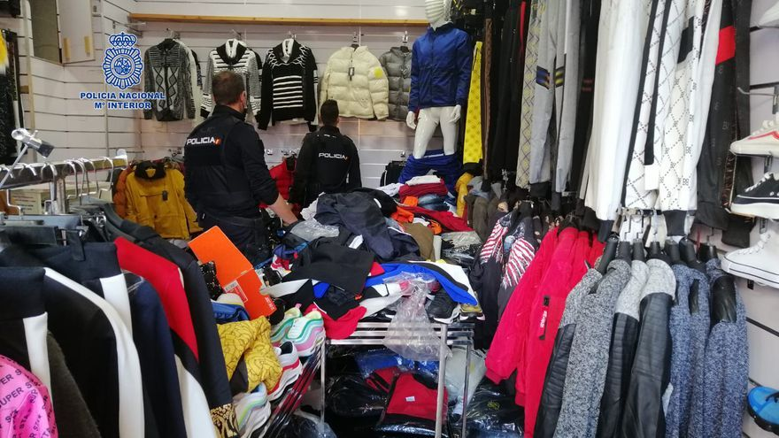 Detenido en San Andrés un hombre por comerciar con ropa falsificada