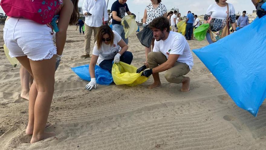 """El PP impulsa """"orillas sin colillas"""" en las playas de la Malvarrosa y El Cabanyal"""