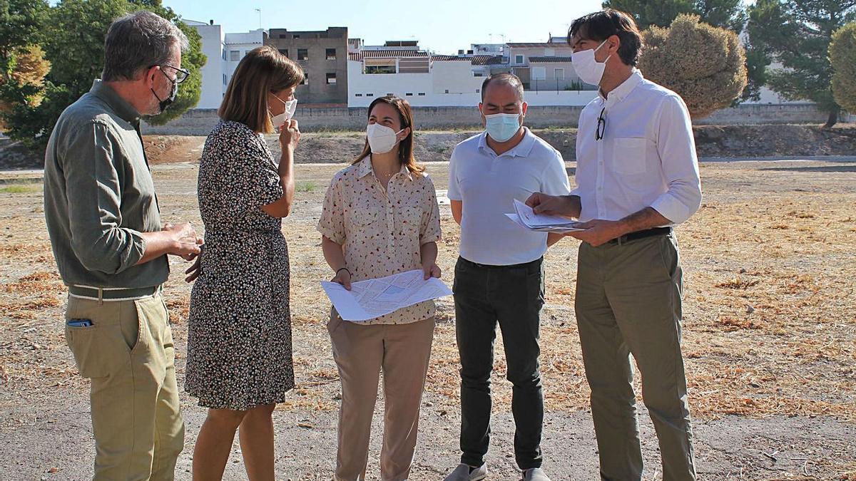 Cristina Casanueva en su visita al solar junto con la alcaldesa, Cristina Piernagorda.