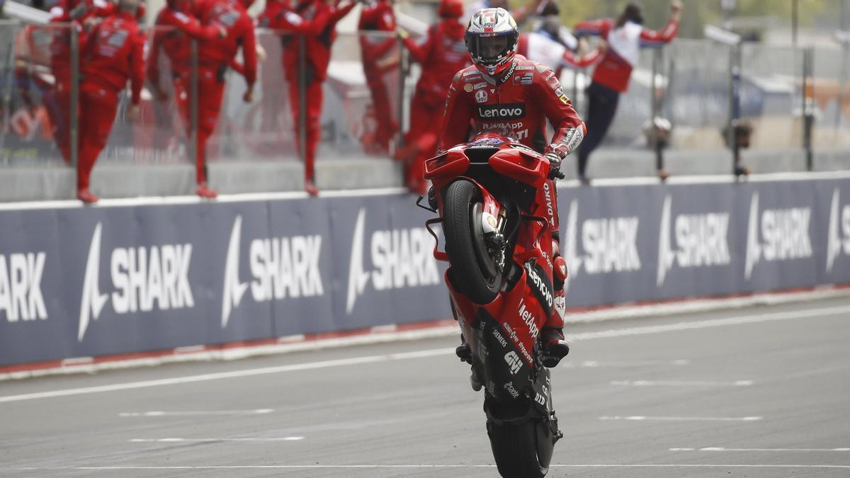 Jack Miller cruza la meta como ganador en Le Mans.