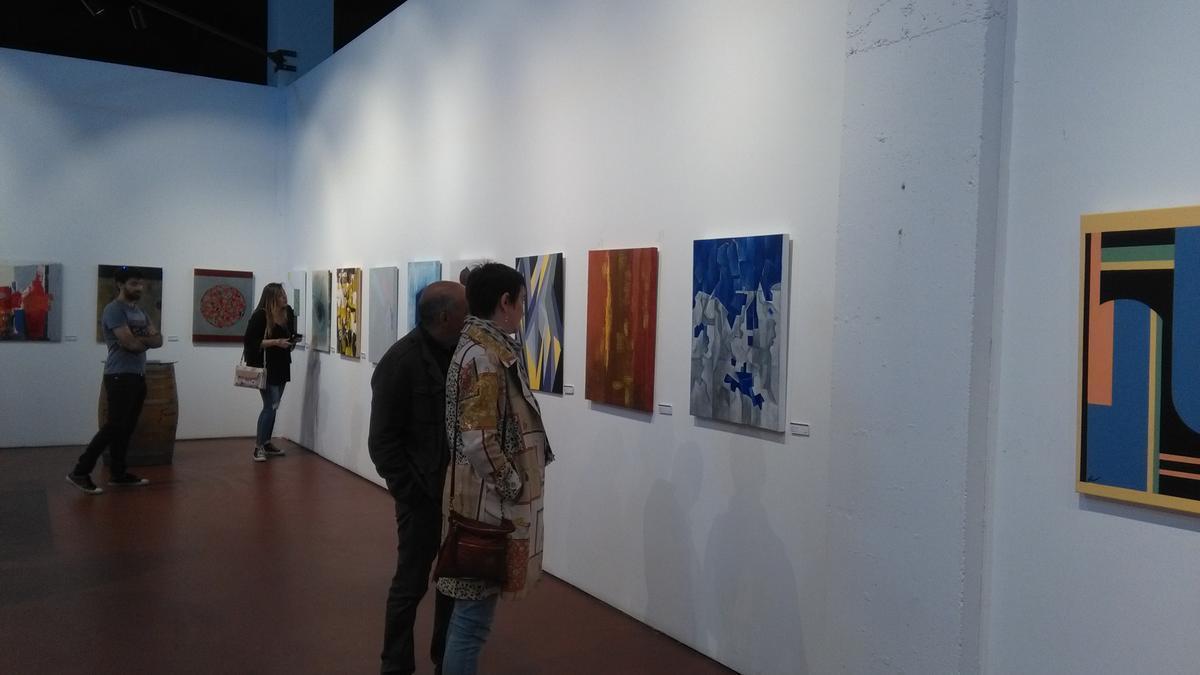 Visitantes admiran la colección de pinturas de Bodegas Fariña antes de su cierre por la pandemia