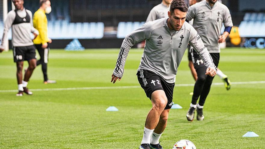 Hugo Mallo conduce el balón durante el entrenamiento de ayer. |  // RCCELTA