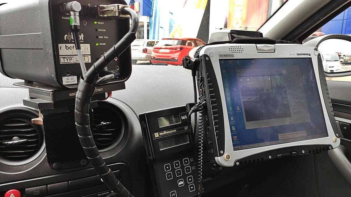 Equipo de radar de control de velocidad de la Policía Local de Eivissa.   AE