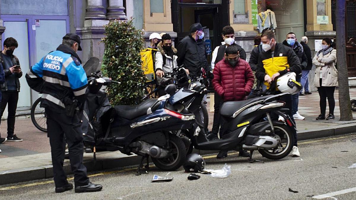 Las dos motos implicadas en el accidente, tras la colisión. | Nazaret Quintas