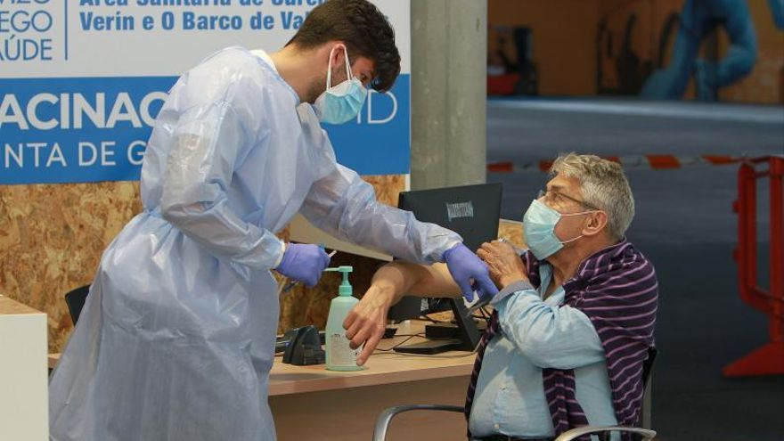 El 26% de la población ourensana ya recibió al menos una dosis de la vacuna