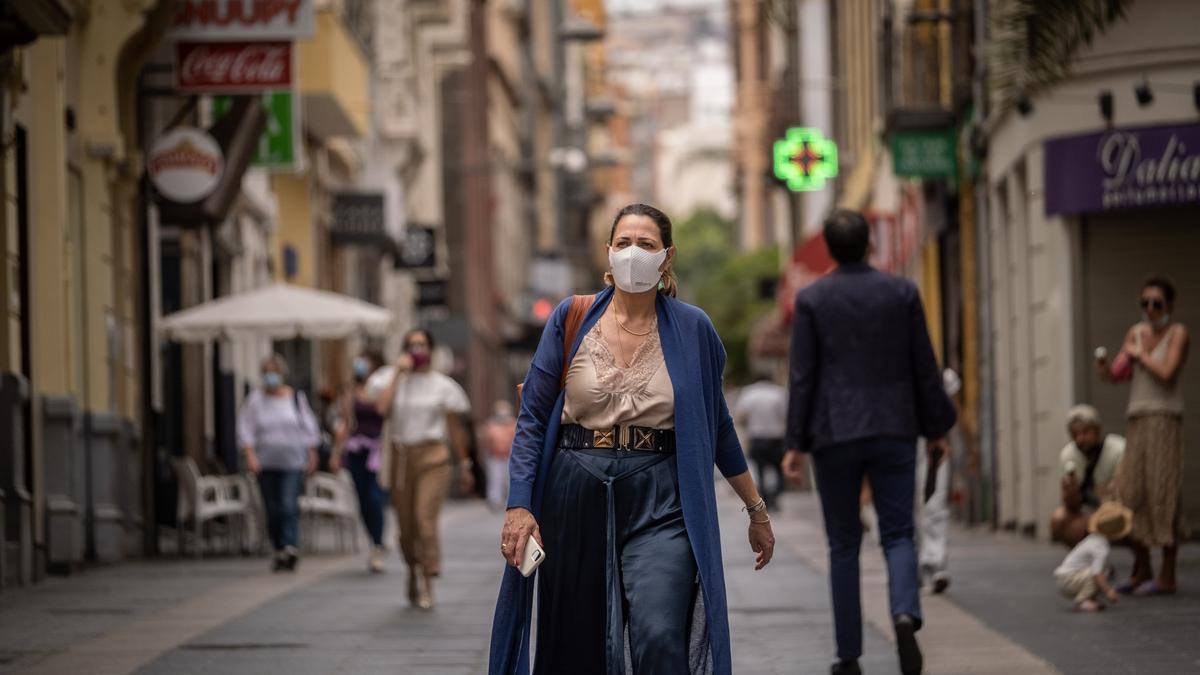 Una mujer con mascarilla camina por la calle del Castillo, en Santa Cruz de Tenerife.