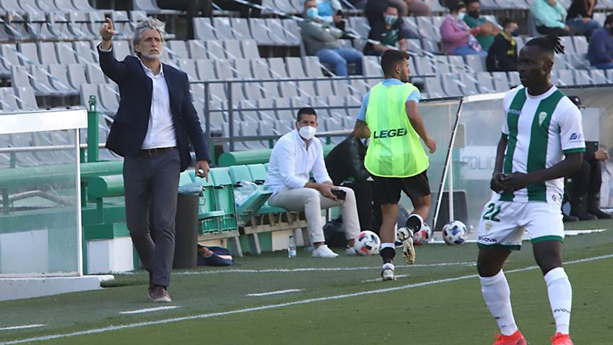 Pablo Alfaro hace indicaciones a los jugadores del Córdoba CF.jpeg