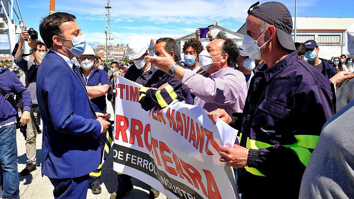 El presidente de Navantia, Ricardo Domínguez, dialoga ayer con varios trabajadores. |   // KIKO DELGADO