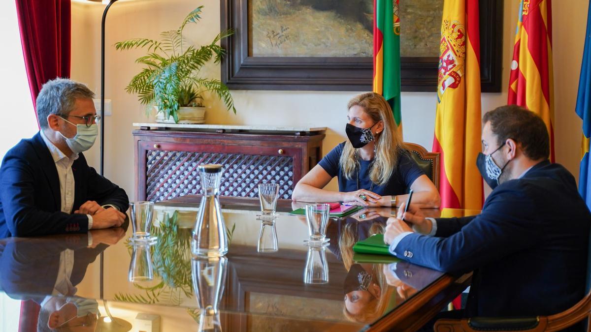 La alcaldesa de Castelló junto al conseller España y el concejal López, este viernes en la reunión.